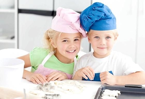 Діти готують на кухні