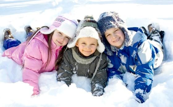 Діти грають на снігу