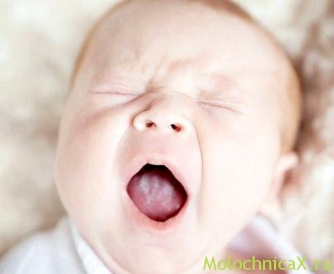 Помітили білий наліт у роті малюка? Безсумнівно, це саме молочниця!