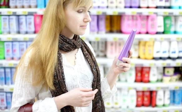 Дівчина вибирає шампунь