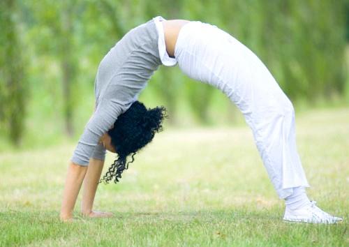Дквушка займається гімнастикою