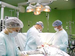 Лікарі проводять перікардектомія